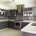cocina con cubierta de cuarzo y puertas texturizadas